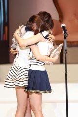 前田敦子(左)と大島優子が涙の抱擁
