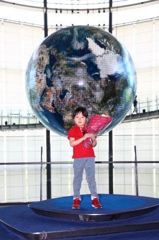 日本科学未来館800万人目の来場者となった野木陽道(はるみち)くん
