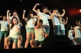 元気いっぱいのパフォーマンスで劇場公演デビューしたJKT48(撮影=インドネシア・ジャカルタ市内の仮設劇場)(C)JKT48 Project