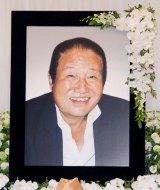 今月3日に米ハワイの事故で急死した長良じゅん会長の遺影 (C)ORICON DD inc.