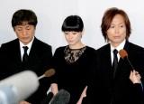 長良じゅん会長の本葬に参列した(左から)堀内孝雄、松浦亜弥、つんく♂ (C)ORICON DD inc.