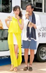 沖縄リゾート風衣装の2人(左は山口もえ) (C)ORICON DD inc.