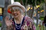 『セロのマジカル・バケーション in Hawaii』に登場するセロのおばあちゃん:マジー Photographer: Mark Arbeit Hair & Make-up: Laine Sykes Stylist: Elinor