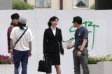 NHK連続テレビ小説『純と愛』のクランクイン撮影でスタッフと打合せの際に笑顔を見せる黒木華