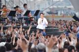 地元・横浜の海沿いの野外ステージで1万2000人を魅了した小田和正