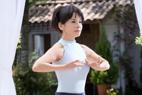 由美かおるが出演する『財宝の黒酢カプセル』新CMメイキングカット
