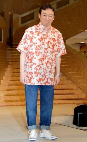 『SUPER COOLBIZ2012』のファッションショーに登場したNHKの小田切千アナウンサー (
