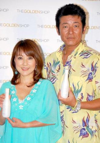 LG生活健康社『THE GOLDEN SHOP』のPRイベントに出席した布川敏和&つちやかおり夫妻 (C)ORICON DD inc.