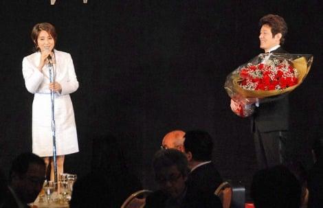 舟木一夫の50周年記念謝恩パーティーで花束贈呈した秋吉久美子 (C)ORICON DD inc.