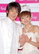 草野徹&山田まりや夫妻(写真は2008年3月の挙式・披露宴後の会見の様子) (C)ORICON DD inc.