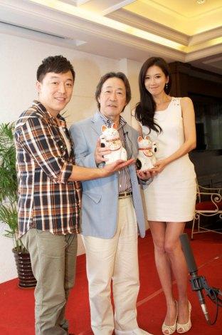 上海で会見した(左から)ファン・ボウ、武田鉄矢、リン・チーリン。武田が主演の二人に贈った夫婦の招き猫を手に(写真提供:フジテレビ)