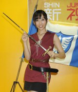 アニメ映画『ベルセルク』の女剣士キャスカのコスプレにご機嫌の吉木りさ