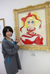 『AKB48美術部展覧会〜額だけ立派ですいません!〜』に自身の作品を出展したSKE48・矢方美紀 (C)AKS