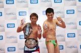タカラトミーの『バトロボーグ20』発表会に急きょ登場した小島よしお(右)とボクシングの粉川拓也選手