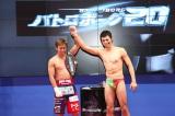 東京ビッグサイトで開催された『東京おもちゃショー2012』に急きょ出演した小島よしお(右)とボクシングの粉川拓也選手