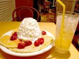 一番人気のパンケーキ『ストロベリー ホイップクリームとマカダミアナッツ』