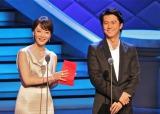 アジア最大のテレビ番組見本市「上海テレビ祭」で昨年の最優秀主演女優賞を受賞したチェン・シュー(左)と共にプレゼンターを務めた福山雅治