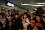 上海の空港で熱烈に歓迎される福山