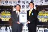 オカモト『003(ゼロゼロスリー)』ギネス認定イベントに出席した(左から)岡本社長とギネス認定員 (C)ORICON DD inc.