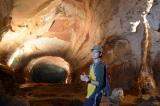 ベトナム・ソンドン洞窟内部に入る平岡祐太(C)テレビ東京