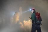 世界最大のソンドン洞窟に挑む平岡祐太(C)テレビ東京