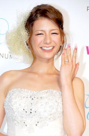 サムネイル 結婚指輪を輝かせ幸せオーラ全開のスザンヌ (C)ORICON DD inc.