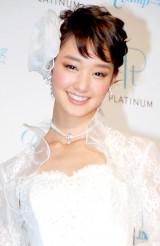 """純白ウエディングドレス姿で結婚しても苗字""""剛力""""を「受け継ぎたい」と明かした剛力彩芽 (C)ORICON DD inc."""