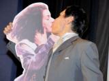映画『ワン・デイ 23年のラブストーリー』公開記念イベントでキスの公開予行演習を行ったエスパー伊東 (C)ORICON DD inc.