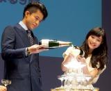 グラスにシャンパンを注ぐ2人 (C)ORICON DD inc.