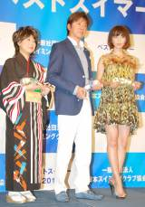 受賞者が集合(左から)水谷千重子、西城秀樹、安田美沙子 (C)ORICON DD inc.
