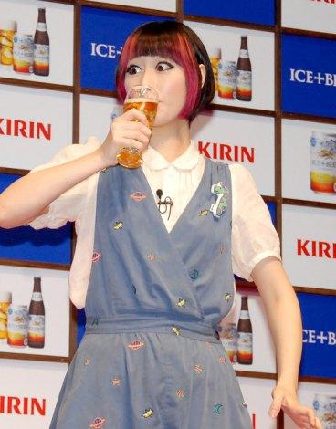 『キリン アイスプラスビール』の新商品発表会に出席した鳥居みゆきも試飲 (C)ORICON DD inc.