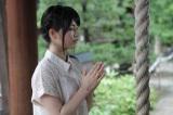 7月18日放送の『横山由依(AKB 48)がはんなり巡る 京都・美の音色』で今宮神社をお参りする横山由依(C)関西テレビ