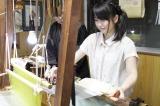 7月18日放送の『横山由依(AKB 48)がはんなり巡る 京都・美の音色』で西陣織に挑戦する横山由依(C)関西テレビ