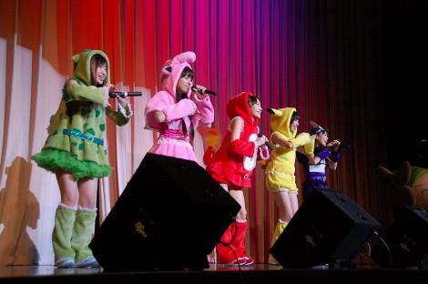 短編のエンディングテーマ「みてみて☆こっちっち」を披露したももいろクローバーZ (C)ORICON DD inc.