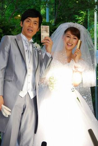 サムネイル 札束と金の延べ棒でポージングをとった東貴博と安めぐみ (C)ORICON DD inc.