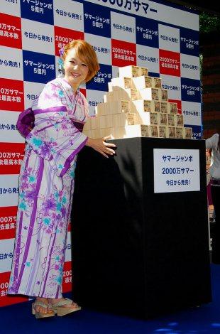 5億円を前に笑顔を見せる中澤裕子 (C)ORICON DD inc.