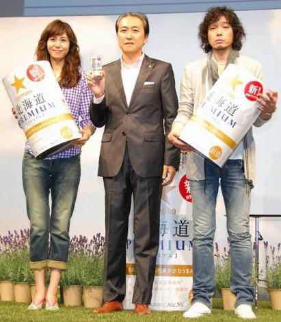 新商品『サッポロ 北海道PREMIUM』新CM発表会に出席した松嶋菜々子(左)と斉藤和義(右) (C)ORICON DD inc.