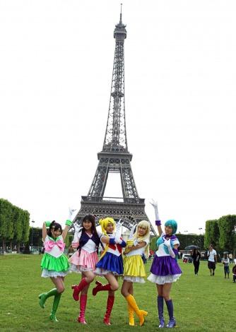 仏パリの名所・エッフェル塔前でノリノリのももいろクローバーZ(写真左から:有安杏果、佐々木彩夏、百田夏菜子、玉井詩織、高城れに)