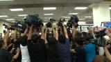 台湾・松山空港に殺到するマスコミ