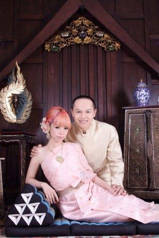 あやまんJAPAN・ファンタジスタさくらだ(手前)とスチャダラパー・Bose(奥)が結婚