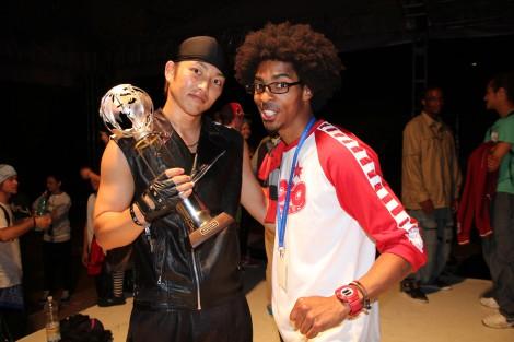 世界ダンスバトル大会『SDK EUROPE WORLD BATTLE』で優勝を果たしたDA PUMP・KENZO(写真左)と世界的ダンサーFIRELOCK