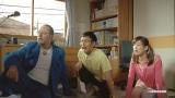 のび太(妻夫木聡)の部屋でテレビ観戦するドラえもん(ジャン・レノ)としずかちゃん(水川あさみ)