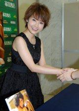 写真集『Subway』の発売記念握手会イベントを行った安倍なつみ (C)ORICON DD inc.