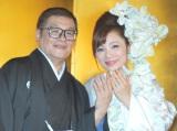 結婚指輪を披露した仲本工事と三代純歌 (C)ORICON DD inc.