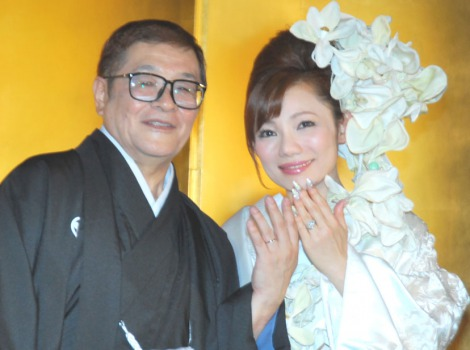 サムネイル 結婚指輪を披露した仲本工事と三代純歌 (C)ORICON DD inc.