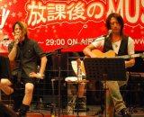 宮城・南三陸町で復興支援ライブを行ったGLAYのTERU(左)とTAKURO