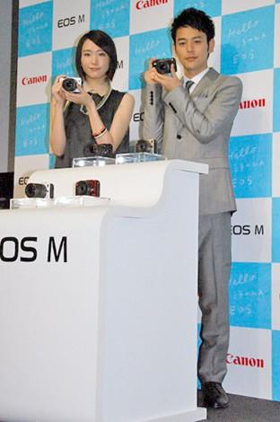 キヤノン初のミラーレス一眼『EOS M』発表会に出席した(左から)新垣結衣、妻夫木聡 (C)ORICON DD inc.