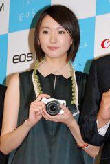 キヤノン初のミラーレス一眼『EOS M』発表会に出席した新垣結衣 (C)ORICON DD inc.