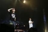 初武道館で小田和正(右)とコラボ曲をライブ初披露した清水翔太