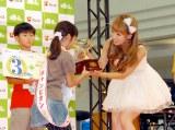 フジッコの食育イベント『第5回小学生豆つかみゲーム大会』でチャンピオンの小学生にカップを贈呈した辻希美 (C)ORICON DD inc.